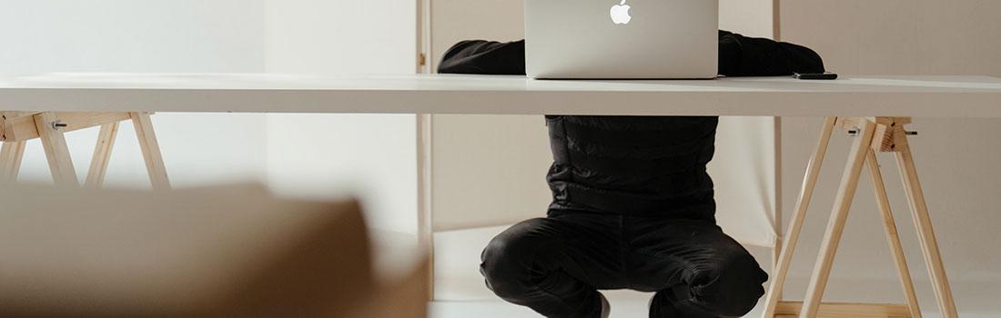 personne squattant devant son ordinateur