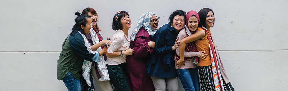 femmes-ensemble-souriantes-freelance